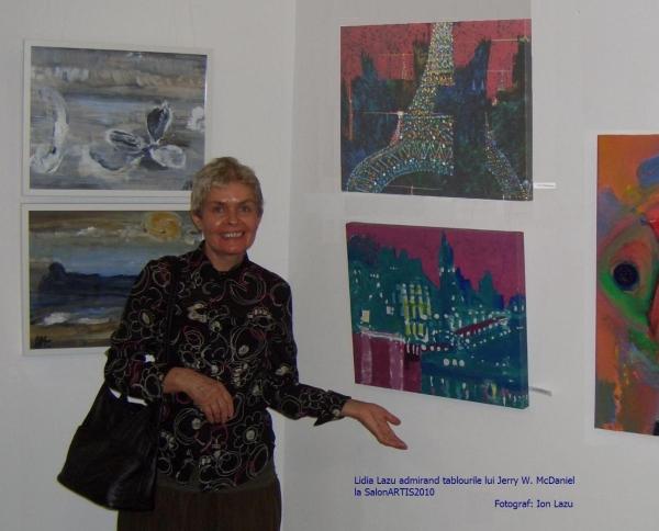 Lidia admirand tablourile lui Jerry, SalonARTIS2010