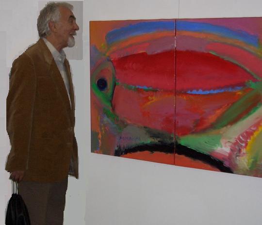 Fotograful, romancier, eserist Ion Lazu langa pictura lui Dan Bota
