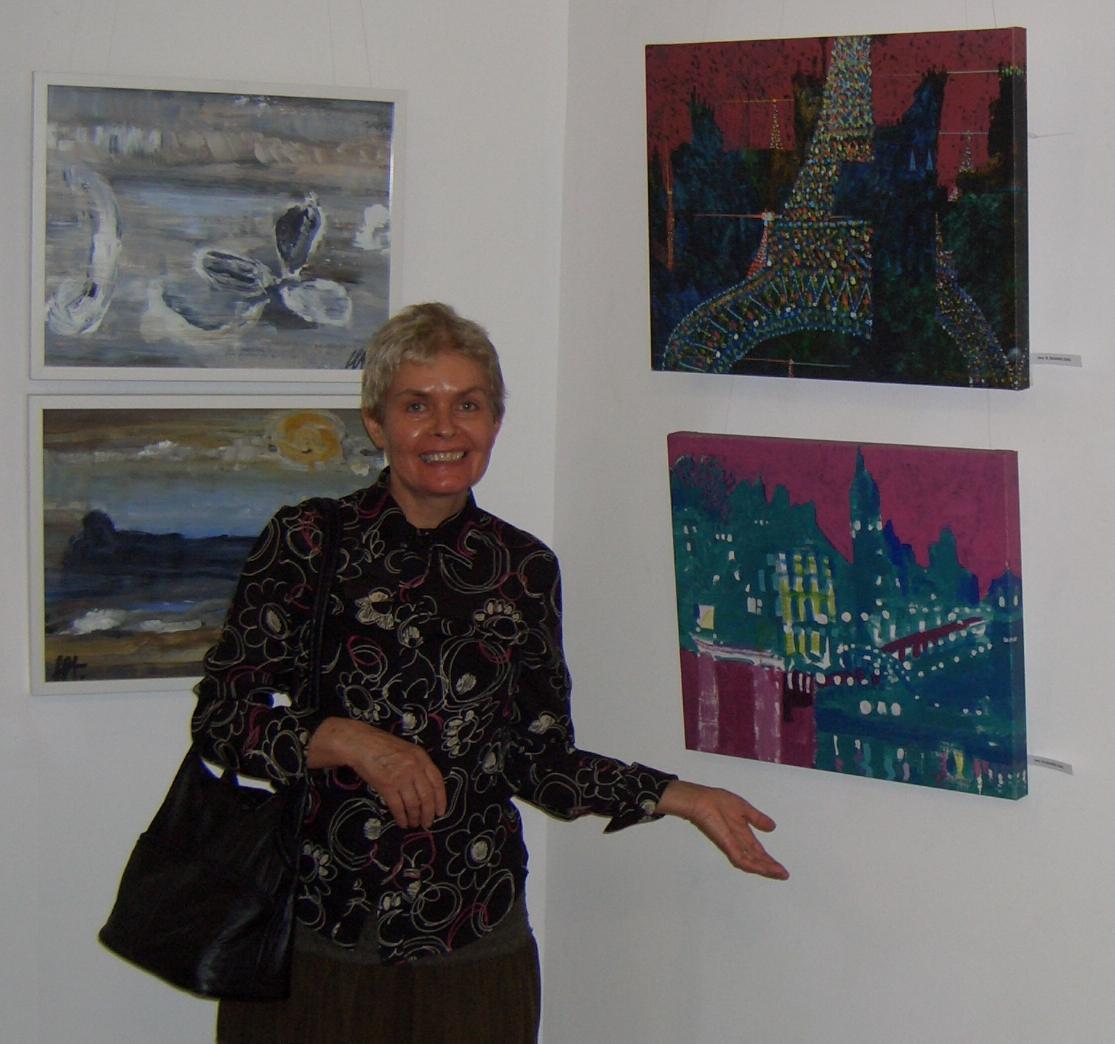 Lidia Lazu admirand picturile lui Jerry W.McDaniel